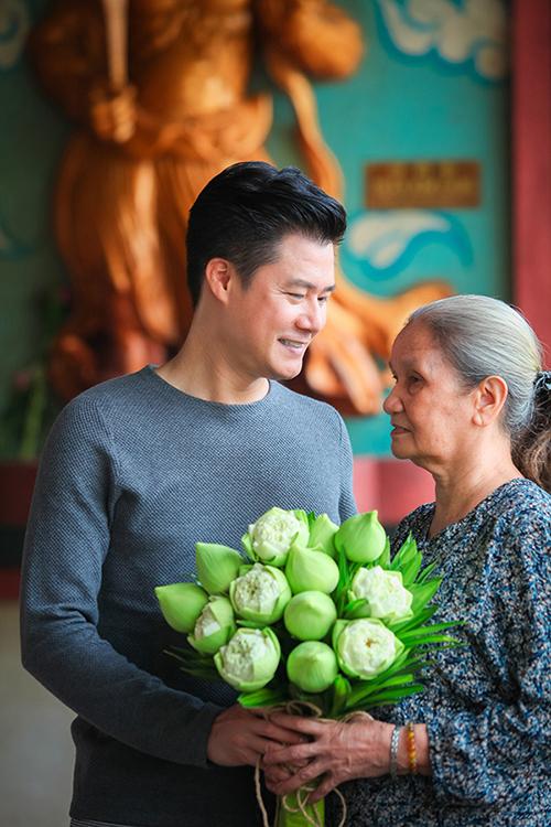 Quang Dũng cùng mẹ đi lễ chùa dịp lễ Vu Lan.
