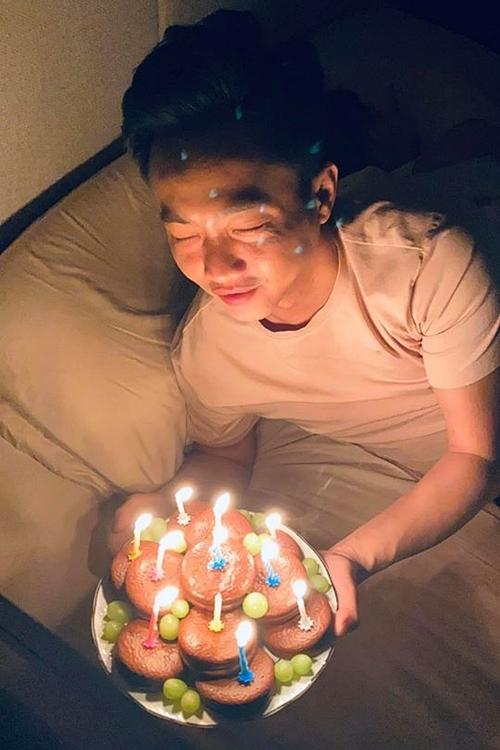 Cường Đôla nhận bánh sinh nhật từ vợ.