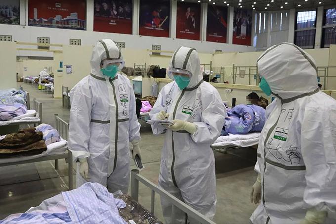 Nhóm bác sĩ kiểm tra các giường bệnh tại một bệnh viện dã chiến ở Vũ Hán. Ảnh: Xinhua.