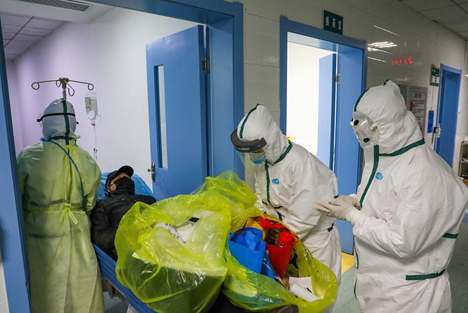 Các nhân viên y tế cấp cứu người nhiễm corona tại một bệnh viện dã chiến ở Vũ Hán. Ảnh: Xinhua.