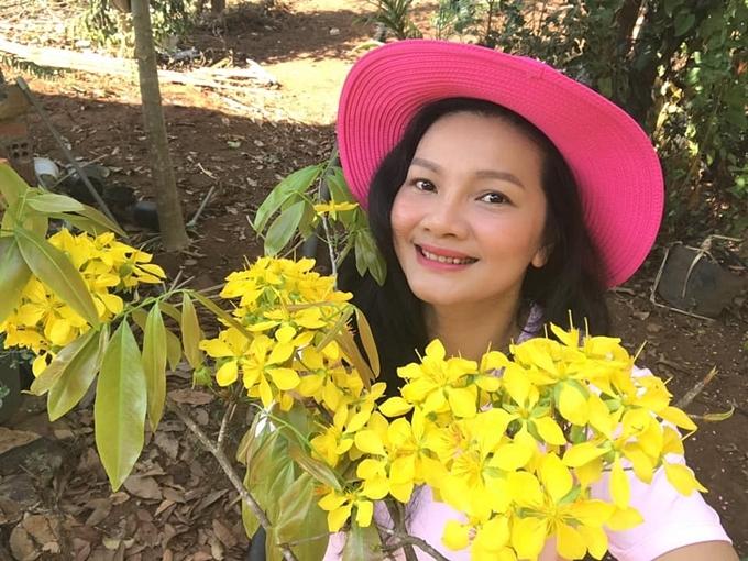 Trước cổng nhà, Kiều Trinh trồng hai cây mai đã được hơn 30 năm tuổi do chính tay cô chăm sóc tỉ mỉ.