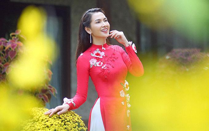 Anh Thư trẻ trung, rạng rỡ ở tuổi 38. Cô khoe sắc với trang phục truyền thống gam đỏ, đính hoạ tiết hoa 3D tinh tế.