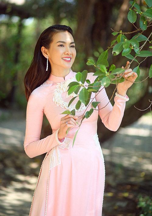 [Caption Vốn là người yêu thích áo dài, Anh Thư cho biết những thiết kế của Minh Châu giúp cô tự tin hơn khi diện bộ trang phục này. Từng có cơ hội làm việc với nhau trước đó, nhà thiết kế nắm bắt được số đo hình thể để thực hiện những mẫu trang phục phù hợp nhất với nữ diễn viên. Minh Châu cho biết điều anh ấn tượng với đàn chị chính là sự trẻ trung, xinh đẹp và đặc biệt là sắc vóc chuẩn dù đã là mẹ của một nhóc tỳ.
