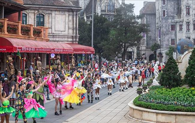 Bên cạnh chiêm ngưỡng các loài hoa, Bà Nà Hills còn rộn ràng với những show carnival nghệ thuật. Các show diễn rực rỡ sắc hoa, rộn rã những vũ điệu kể cho du khách câu chuyện về nữ hoàng hoa tulip giữa muôn loài hoa khác...