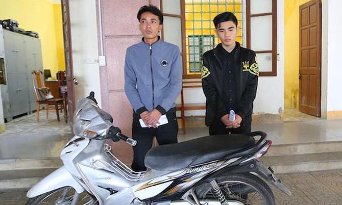 Nghi can Bình (trái) và Đạo cùng xe máy tang vật tại cơ quan điều tra. Ảnh: C.A