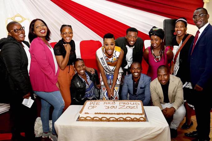 Tân hoa hậu cũng gặp lại các bạn học cũ ở trường Đại học Công nghệ Cape Peninsula. Cô đã tốt nghiệp tại đây với tấm bằng cử nhân về Quan hệ công chúng và Quản lý hình ảnh vào năm 2018.