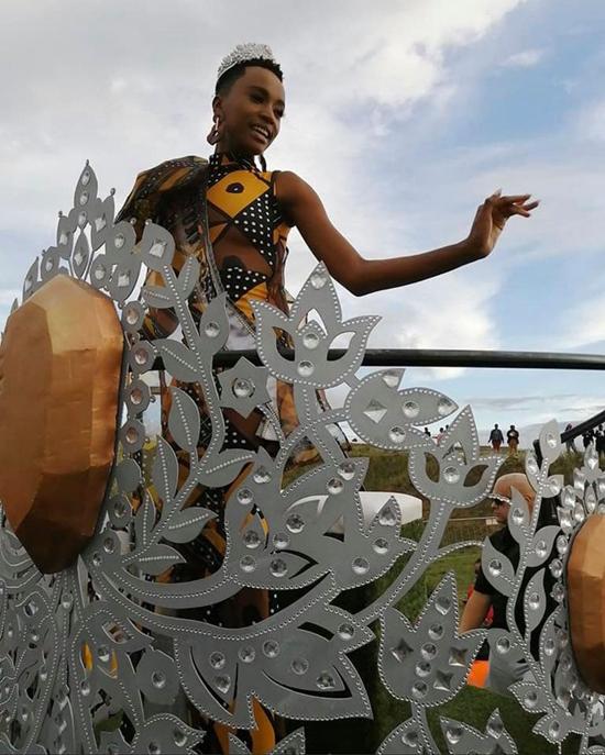 Cô được rước trên một chiếc xe hình vương miện trong buổi diễn hành vào ngày 10/2. Tròn hai tháng sau khi chiến thắng Miss Universe vào ngày 9/12, Zozibini Tunzi mới được trở về quê nhà. Trước đó, cô bận rộn tham gia các hoạt động của tổ chức Miss Universe tại Mỹ.