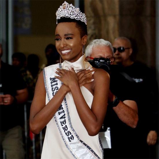 Hoa hậu không kìm nén được dòng nước mắt khi bước ra khỏi sân bay hôm 9/2 và nhìn thấy hàng nghìn người đứng đón cô trong cờ hoa và tiếng nhạc rộn ràng.