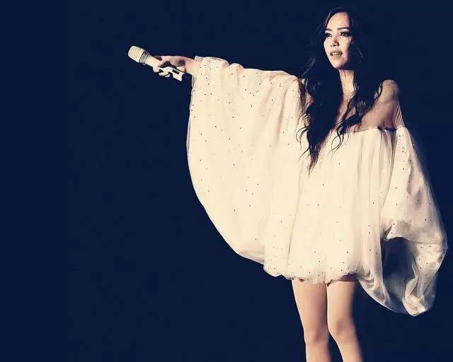 Trương Huệ Muội được biết đến với nghệ danh A-Mei, là một ca sĩ và nhà sản xuất thu âm người Đài Loan. Cô được đánh giá là giọng ca hàng đầu Đài Loan. Nữ ca sĩ từngđảm nhiệm vai trò huấn luyện viên chương trình The Voice Trung Quốc năm 2013 và dẫn dắt học trò của mình giành ngôi quán quân.