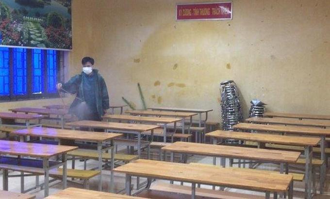 Nhân viên y tế phun khử trùng tại các lớp học ở Vĩnh Phúc.