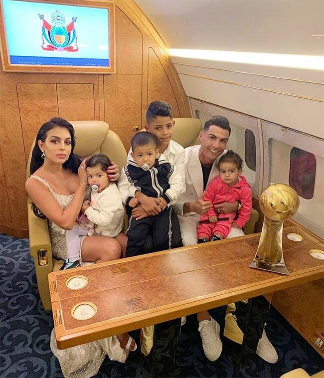 C. Ronaldo bên bạn gái Georgina Rodriguez và các con
