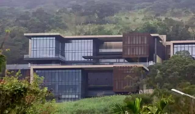 Biệt thự diva Đài Loan Trương Huệ Muội sống nằm sát núi Tân Điếm (Xindian), Đài Loan, bao quanh nhà là núi non trùng điệp. Không gian ngôi nhà được thiết kế mở, hướng ra ngoài thiên nhiên trông rất mát mắt. Tổng thể ngôi nhà thiết kế tự nhiên, hài hòa.