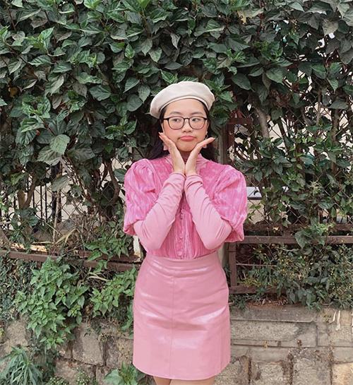 Phối trang phục ton-sur-ton là công thức luôn được giọng ca nhí áp dụng mỗi khi xuống phố.