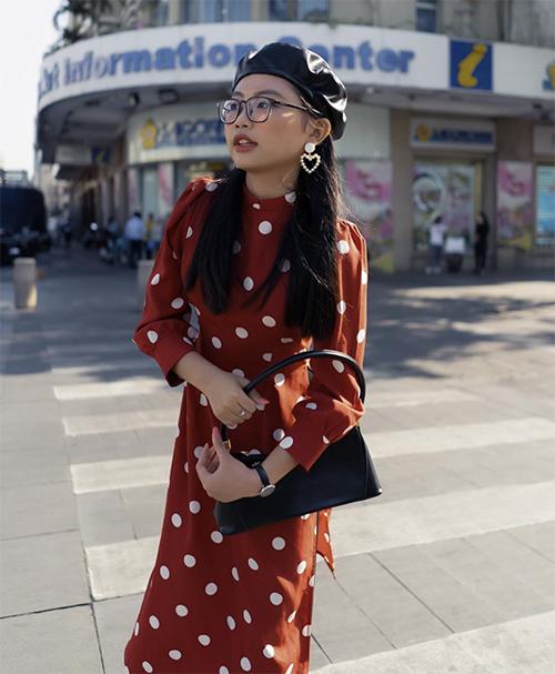Diện áo dài theo phong cách retro, Phươg Mỹ Chĩ chọn mũ beret tiệp màu cùng túi kẹp nách dáng cổ điển.