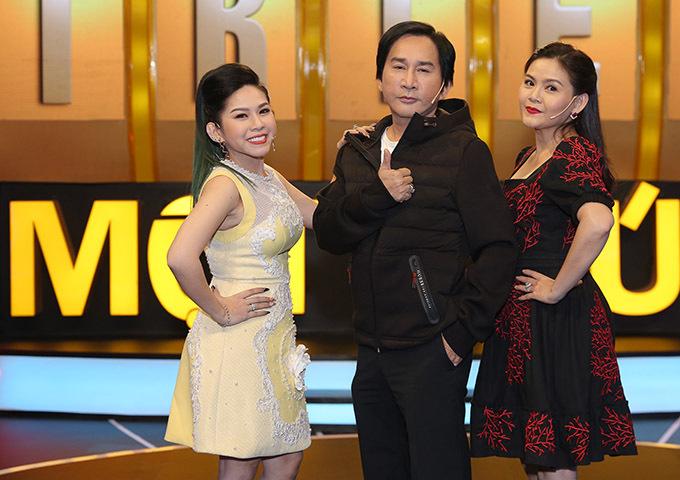 Quán quân Sao nối ngôi 2016 Bình Tinh (ngoài cùng bên trái) là con nuôi của Kim Tử Long. Đây là lần đầu nghệ sĩ cải lương gạo cội chơi gameshow cùng cả vợ và con gái nuôi.