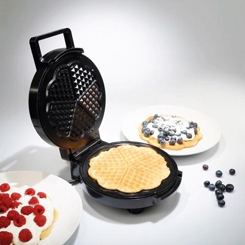 Máy nướng bánh WaffleTirossTS1384có kiểu dáng nhỏ gọn, chất liệu cao cấp, sáng bóng. Bề mặt nướng được phủ lớp chống dính cao cấp giúp bánh làm ra đẹp, dễ dàng vệ sinh máy sau khi sử dụng. Núm điều khiển dễ dàng với 5 mức công suất, tự động ngắt khi đủ nhiệt. Sản phẩm lọt top bán chạy nhờ tiện dụng, đang giảm 17%, còn 574.750 đồng (giá gốc 690.000 đồng)