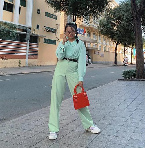 Xuất hiện trên sân khấu ca nhạc, Phương Mỹ Chi thường xuyên sử dụng áo bà ba, áo dài để chưng diện. Đối với dòng trang phục dạo phố, cô bé lại thể hiện sự đa dạng với nhiều kiểu trang phục khác nhau.