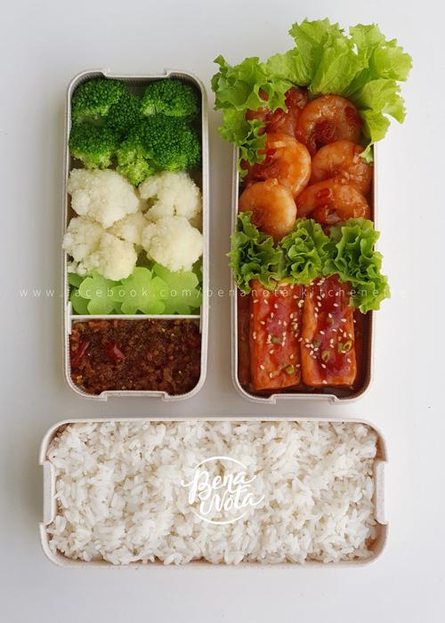 Các món ăn mà Minh Ngọc chuẩn bị thường gồm các loại rau củ theo mùa, các món mặn được xoay vòng từ các nguyên liệu cơ bản như lợn, gà, bò, tôm, cá. Điều mà chị thay đổi là cách chế biến để tạo sự đa dạng. Các nguyên liệu mà Minh Ngọc lựa chọn đều là đồ tươi sống, hạn chế thực phẩm đông lạnh.