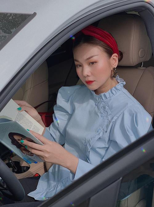 Thanh Hằng vẫn mê đắm các kiểu cài đầu thiết kế bằng chất liệu vải nhung sang trọng. Cô giúp mình xinh xắn hơn nhờ các kiểu áo blouse phom dáng điệu đà.