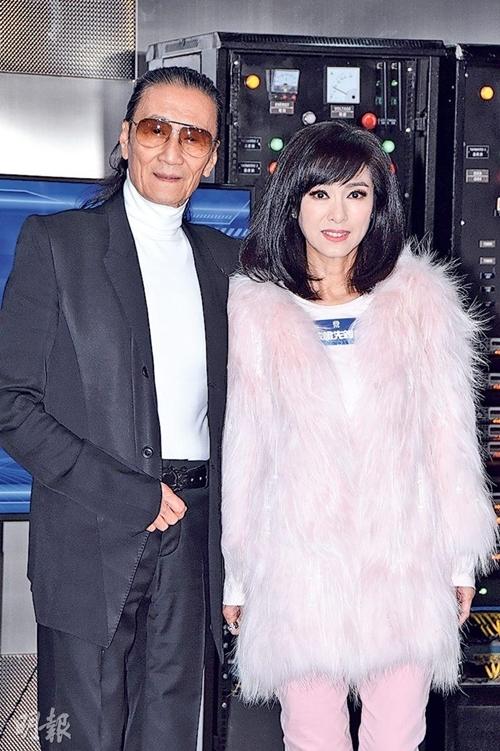 Tài tử 84 tuổi Tạ Hiền và minh tinh 65 tuổi Mễ Tuyết đóng vai khách mời, vào vai hai anh em. Trong đó, Tạ Hiền đóng vai ông chủ của một đoàn hát Hồ Quảng, còn Mễ Tuyết thể hiện nhân vật ngôi sao hàng đầu của đoàn kịch này.