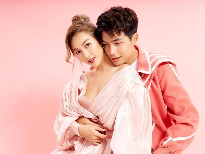 Trước thềm Valentine, Khả Ngân và Quốc Anh cùng thực hiện bộ ảnh tình nhân với tone hồng - cam. Trong Bí mật của gió, nhân vật của họ bối rối với những rung động tình đầu, cặp diễn viên có ít cảnh tình cảm. Còn trong bộ ảnh này, họ dành cho nhau nhiều cử chỉ tình tứ,