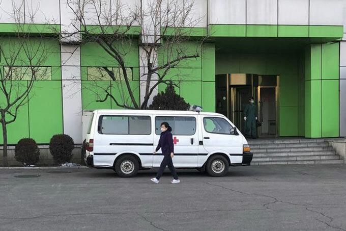 Xe cấp cứu đậu trước một toà nhà ở Bình Nhưỡng, Triều Tiên. Ảnh: TASS.