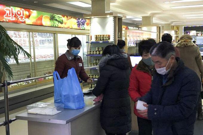 Người dân Triều Tiên đeo khẩu trang khi đến trung tâm thương mại. Ảnh: TASS.