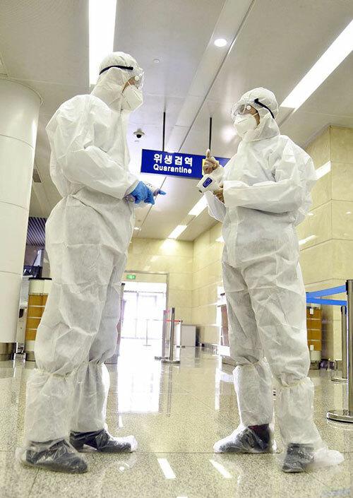 Nhân viên kiểm dịch ở Sân bay quốc tế Bình Nhưỡng. Ảnh: Avalon.red.