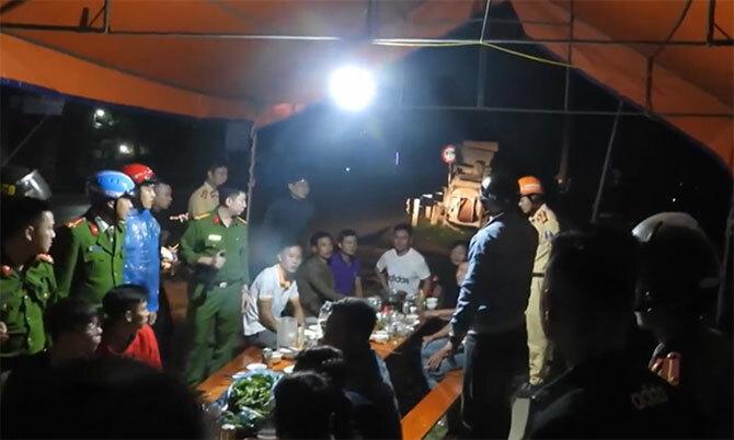 Nhóm của Thắng bị cảnh sát bao vây lúc rạng sáng 25/1. Ảnh: Hùng Lê
