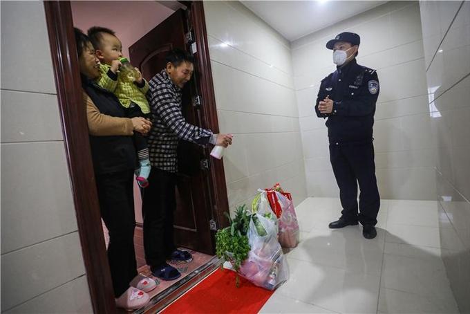 Yan Zhanfei mua thực phẩm cho bố mẹ và con trai nhưng không bước vào nhà. Ảnh: China Daily.
