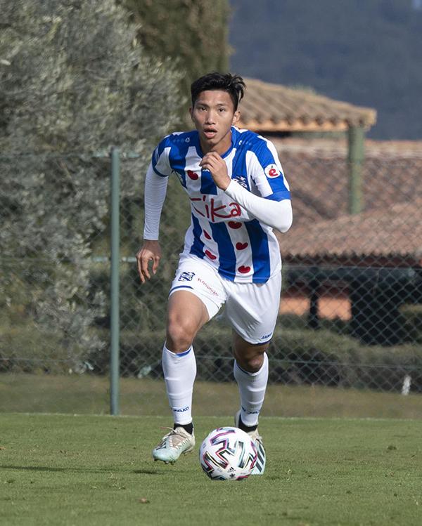 Văn Hậunỗ lực hàng ngày trên sân tập để được thi đấu tại giải Hà Lan. Ảnh: SCH.