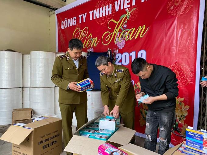 Lực lượng QLTT kiểm tra mặt hàng khẩu trang tại Công ty TNHH Việt Hàn.