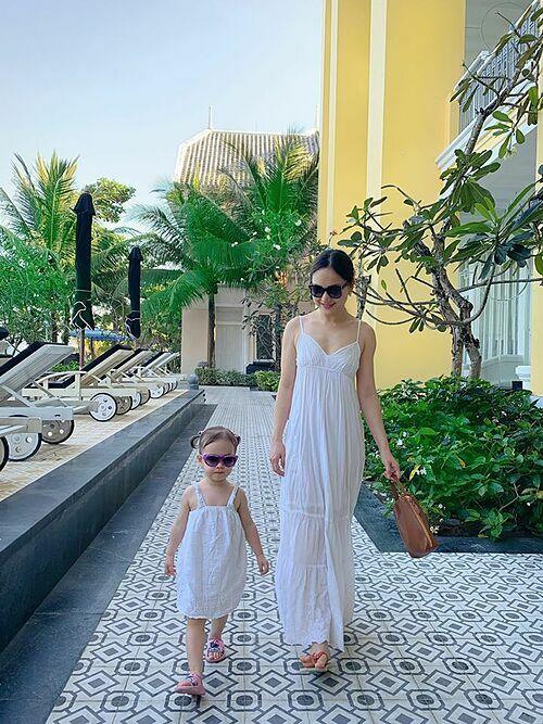 Lan Phương và con gái 20 tháng tuổi diện đồ đồng điệu khi du lịch ở đảo Phú Quốc.