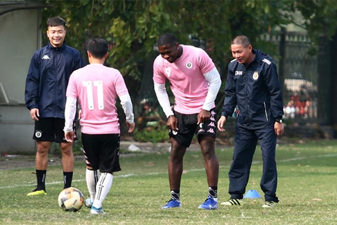 HLV Chu Đình Nghiêm (ngoài cùng bên phải) chơi đá ma cùng các học trò trong buổi tập chiều 11/2. Ảnh: Đương Phạm.