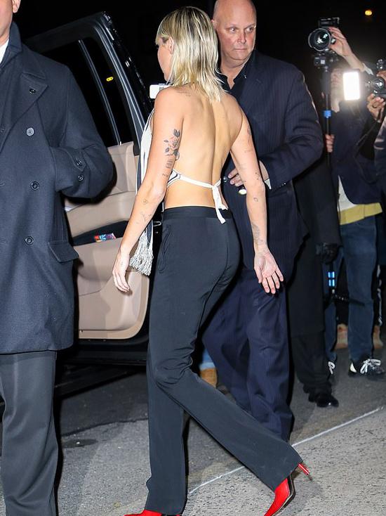 Vì nhiều người hâm mộ và paparazzi đứng bên ngoài nên Miley vội vã đi nhanh.