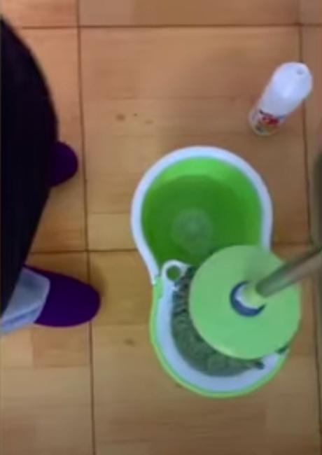 Jia lau rửa nhà cửa bằng nước khử trùng hằng ngày. Ảnh: Global TV Network.