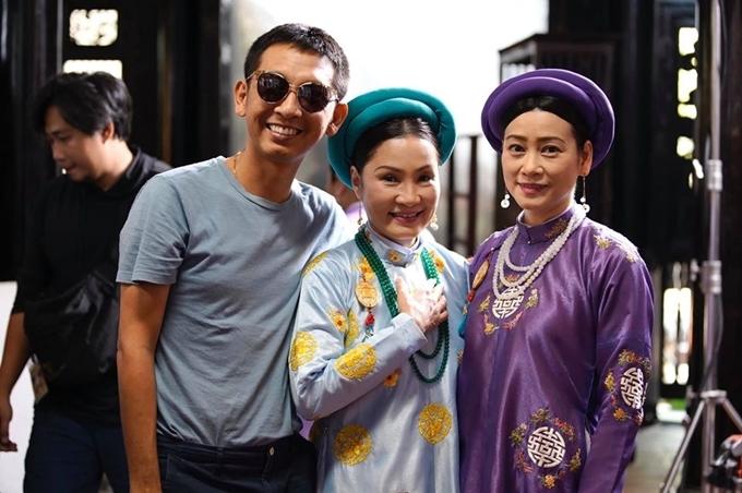 Đạo diễn Huỳnh Tuấn Anh bên hai nghệ sĩ Hồng Đào (giữa) và Tuyết Thu (phải) ở hậu trường Phượng khấu.