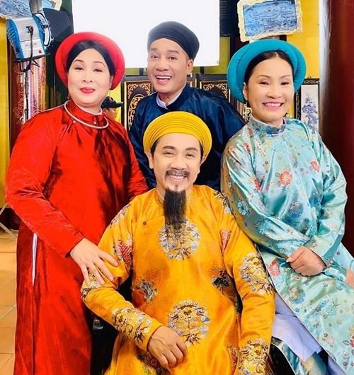 Dàn sao gạo cội: NSND Hồng Vân (áo đỏ), NSƯT Thành Lộc (áo vàng), nghệ sĩ Minh Nhí và nghệ sĩ Hồng Đào cùng góp mặt trong phim cung đấu.
