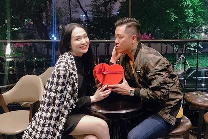 Thu Hương tự tay chuẩn bị một món quà tặng ông xã Tuấn Hưng.