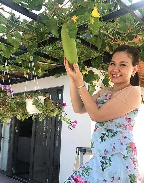 Gia đình Xuân Hiếu chuyển về nhà mới tại một quận trung tâm ở TP HCM được hơn một năm. Nữ MC biến sân thượng thành nơi trồng rau và nhiều loại cây để có thực phẩm sạch cho gia đình đồng thời tạo nênkhông gian xanh mát, sinh động cho ngôi nhà.
