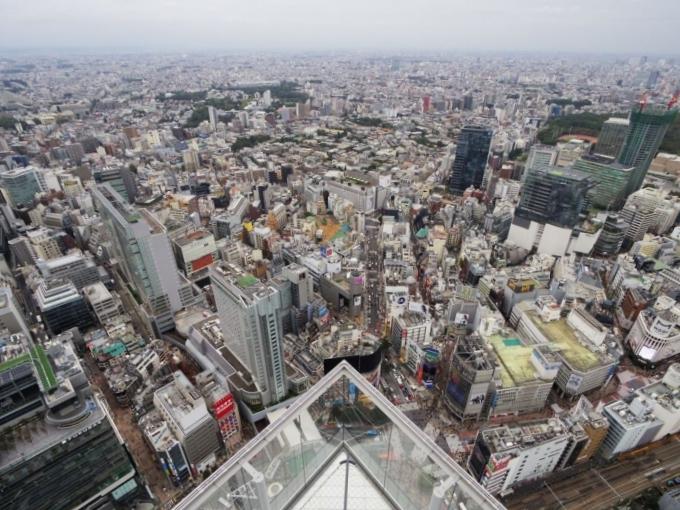 Từ sân thượng, nhìn xuống dưới bạn thấy ngay giao lộ đông nhất thế giới Shibuya ở phía Tây đài quan sát hay tháp Tokyo Skytree. Những ngày thời tiết đẹp, bạn thậm chí còn có thể chiêm ngưỡng núi Phí Sĩ - biểu tượng của đất nước mặt trời mọc.