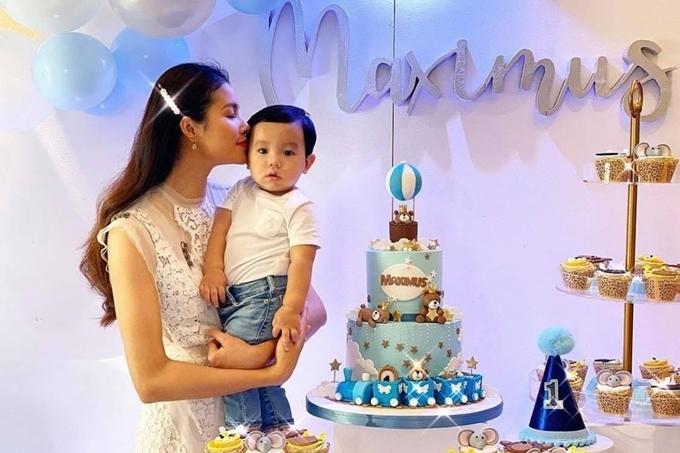 Phạm Hương trong ngày sinh nhật một tuổi của con trai.