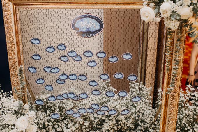 Khách mời có thể viết những lời chúc gửi đến cặp uyên ương và treo chúng lên tấm lưới cạnh bàn tiếp tân.