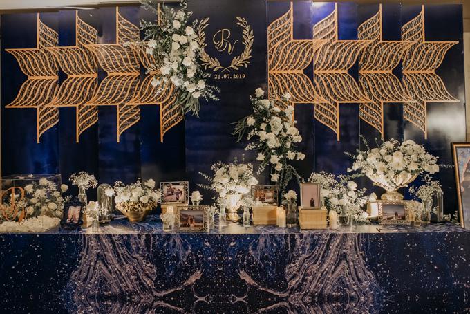 Để giúp cô dâu, chú rể có được đám cưới trong mơ, ekip đã lang thang khắp các quán xá để lên kế hoạch, duyệt phương án. Nhiều dạng lưới khác nhau ở tiệc cưới đều do ekip thi công mới, kết hợp cùng bảng màu xanh navy, rose gold mà cô dâu, chú rể đều yêu thích.