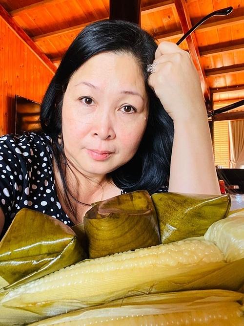 NSND Hồng Vân khoe quà Valentine do ông xã Lê Tuấn Anh tặng, gồm: bánh ít, bắp luộc - những món ăn mà cô yêu thích.