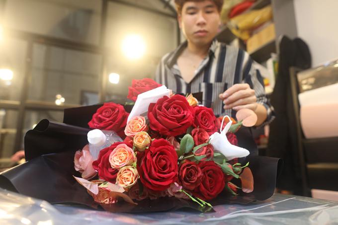 Chị Đặng Thu Phương – chủ cửa hàng hoa cho biết, trong ngày 13 và ngày 14/2, cửa hàng đã bán được hơn chục bó hoa như nói trên. Mình cho thêm vào hoặc nhiều khách tự mang thêm khẩu trang và nước xịt khuẩn tới nhờ gắn thêm vào, chị Phương chia sẻ.