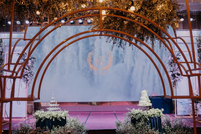Khu vực sân khấu có backdrop họa tiết vân đá hiện đại.