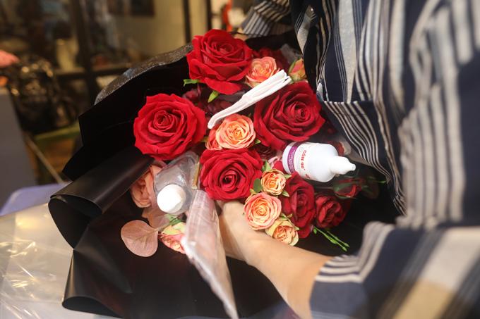 Trước đó, chị Phương làm thử một bó hoa và đăng tải lên trang Facebook cá nhân và bất ngờ nhận được nhiều lời bình luận thích thú. Chị Phương ngay lập tức bắt tay vào làm và bán trong mùa Valentine năm nay.