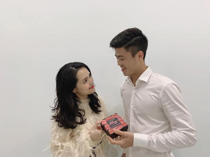 Trung vệ Đỗ Duy Mạnh tặng vợ mới cưới Nguyễn Quỳnh Anh một hộp son.