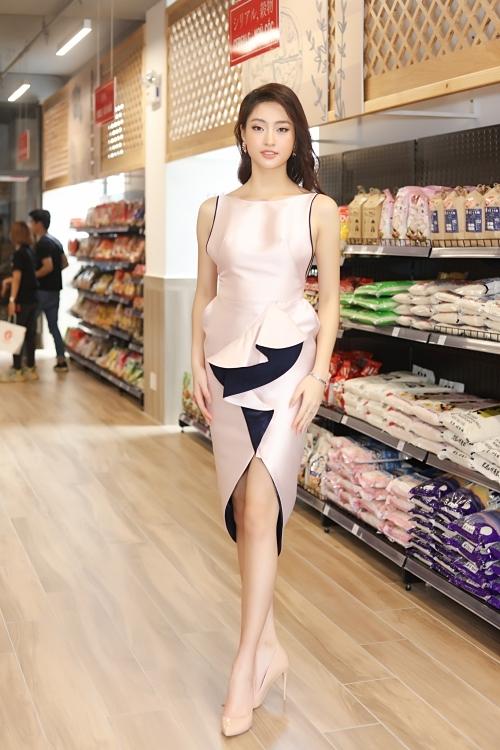 Hoa hậu Lương Thùy Linh trẻ trung hơn nhờ cắt tóc ngang vai.